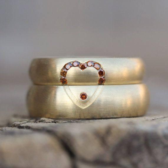 Trouwringen geelgoud met rode stenen in hartjesvorm