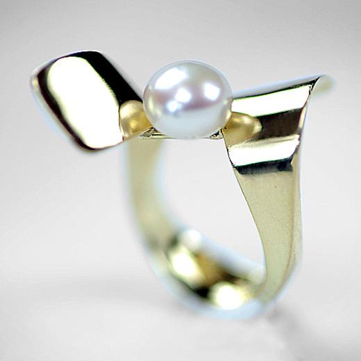 geelgouden ring met zoetwaterparel gemaakt door Samiha Mouna